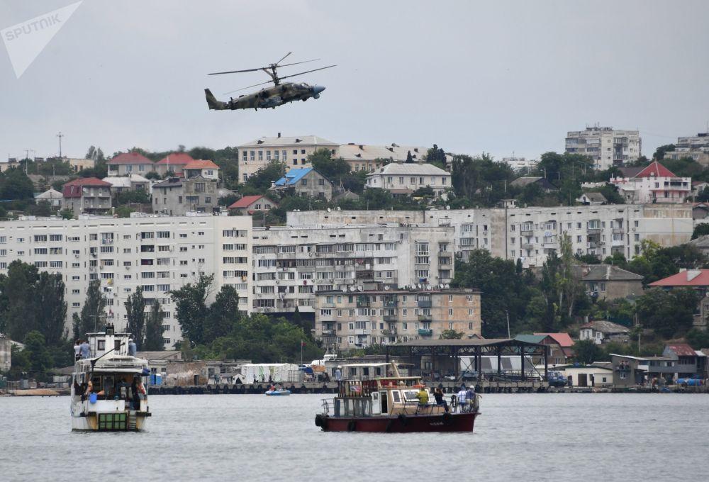 Apresentação de helicóptero durante a cerimônia de fechamento dos jogos militares Aviadarts 2019 na Crimeia