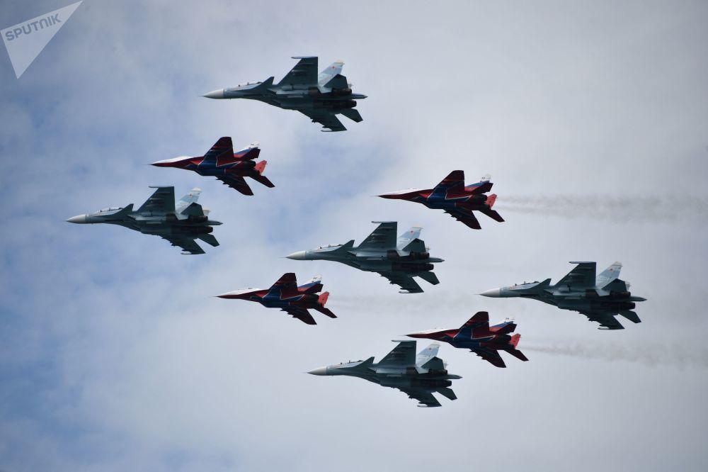 Apresentação dos pilotos durante a cerimônia de fechamento dos jogos militares Aviadarts 2019 na Crimeia