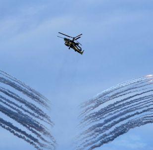 Helicóptero de combate Ka-52 durante ensaios gerais da cerimônia de fechamento dos jogos militares Aviadarts 2019 na Crimeia