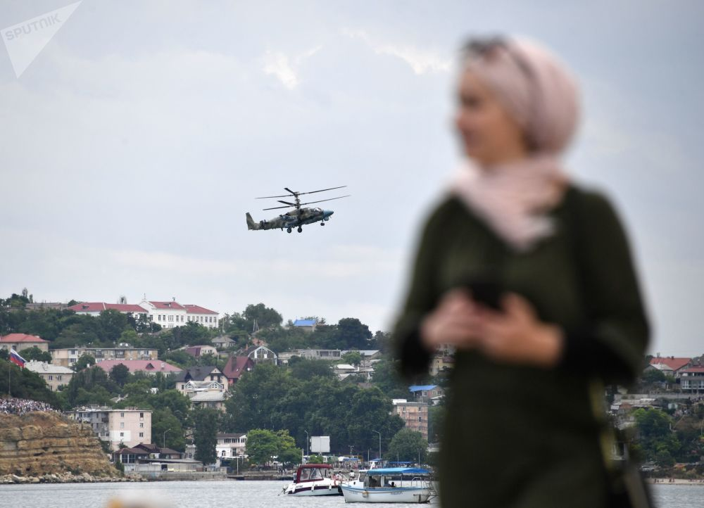 Espectador assiste à apresentação dos pilotos durante a cerimônia de fechamento dos jogos militares Aviadarts 2019 na Crimeia