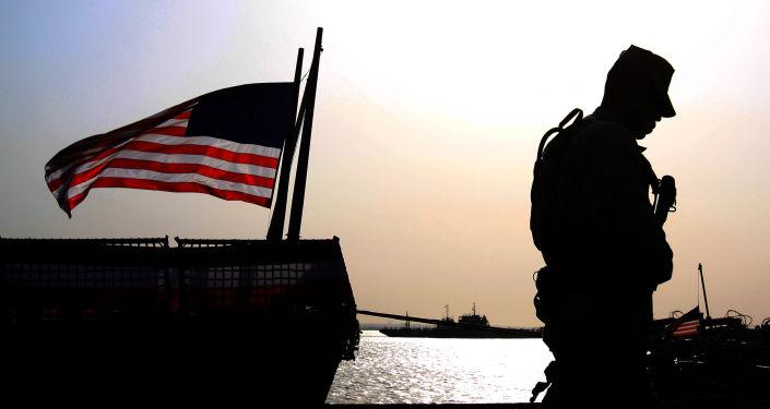 Soldado junto à bandeira dos EUA (foto de arquivo)