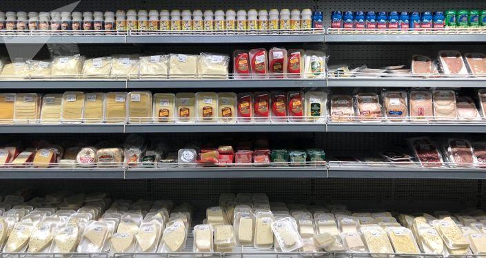 Prateleiras com produtos em um supermercado venezuelano