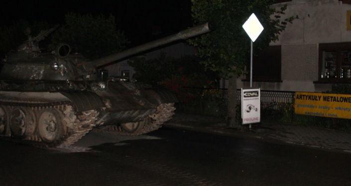 Homem invade cidade polonesa com tanque T-55