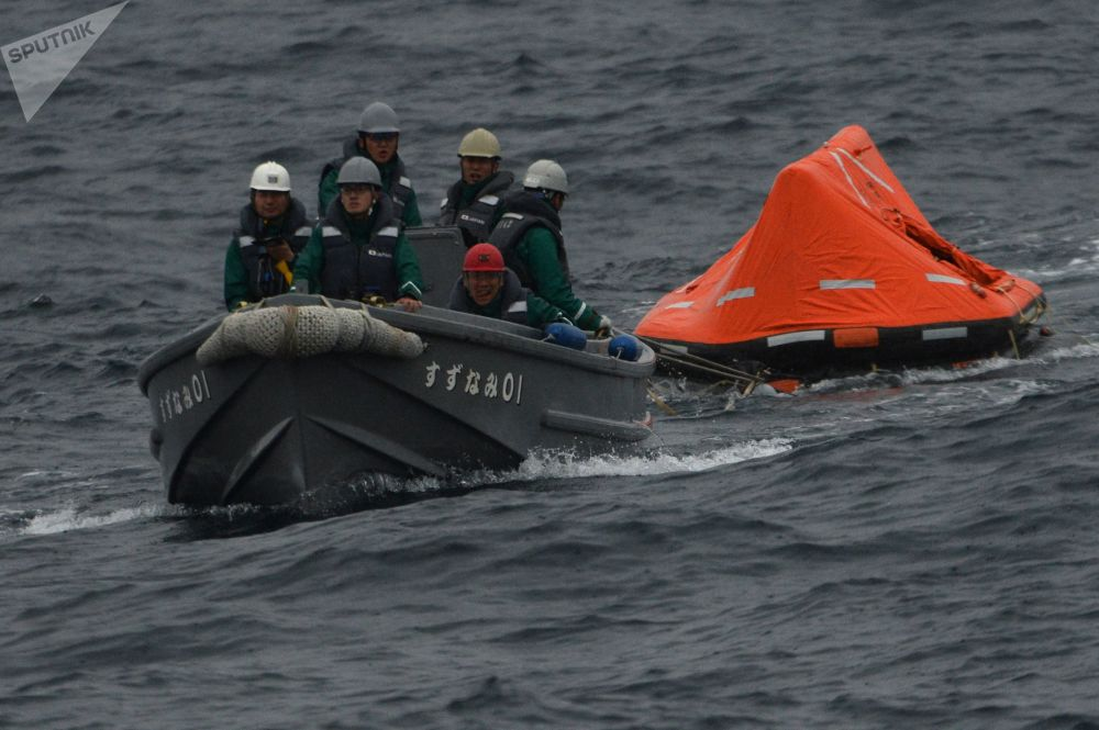 Marinheiros japoneses durante as manobras conjuntas russo-japonesas de busca e salvamento SAREX 2019