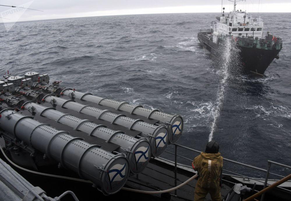 Tubos de torpedo do navio antissubmarino Grande Almirante Panteleev  durante as manobras conjuntas SAREX 2019