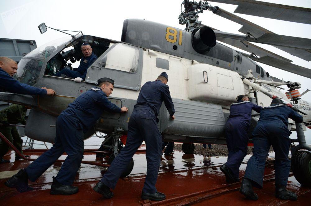Fuzileiros russos preparam para o voo um helicóptero Ka-27 durante as manobras de busca e salvamento realizadas com participação da Frota do Pacífico e da Força Marítima de Autodefesa do Japão SAREX 2019