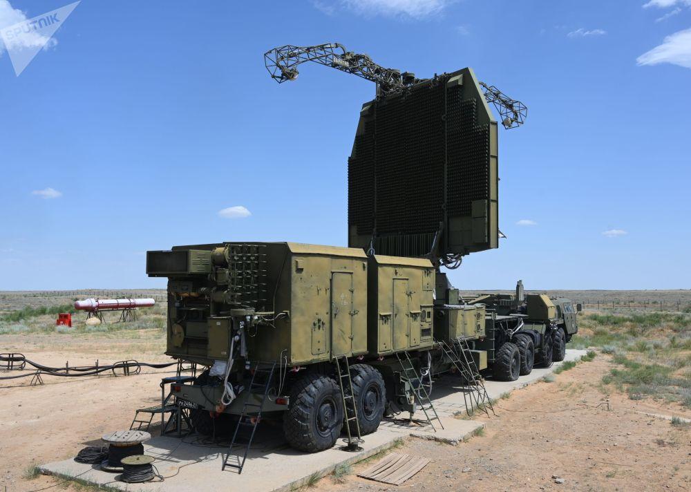Sistemas de mísseis terra-ar S-300 Favorit do Distrito Militar do Sul durante exercícios militares com o 4º Exército Aéreo e de Defesa Antiaérea no polígono de Ashuluk, na região de Astrakhan.