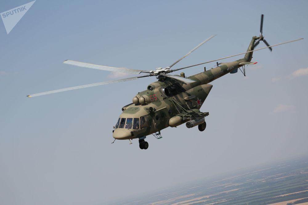 Helicóptero Mi-8AMTSh durante manobras aéreas táticas da aviação tático-operacional na região russa de Krasnodar