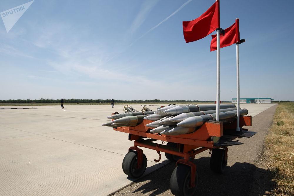 Carro com munições para helicóptero durante exercícios aéreos táticos realizados na região russa de Krasnodar