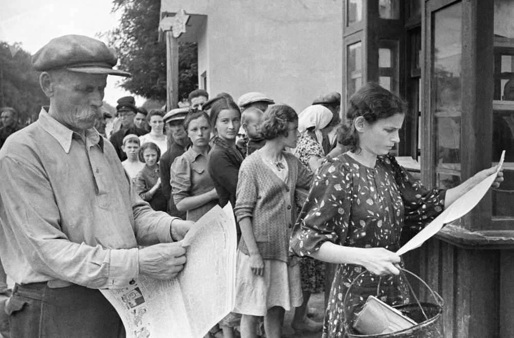 Habitantes da cidade ucraniana de Odessa leem jornais durante guerra