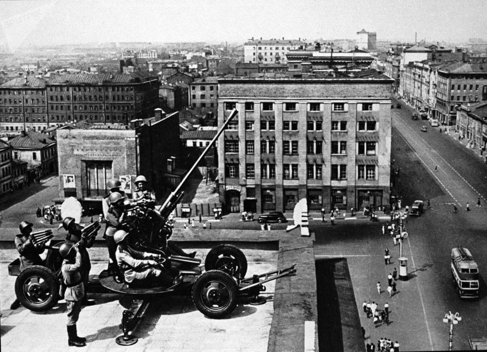 Militares da artilharia antiaérea defendem o céu sobre Moscou