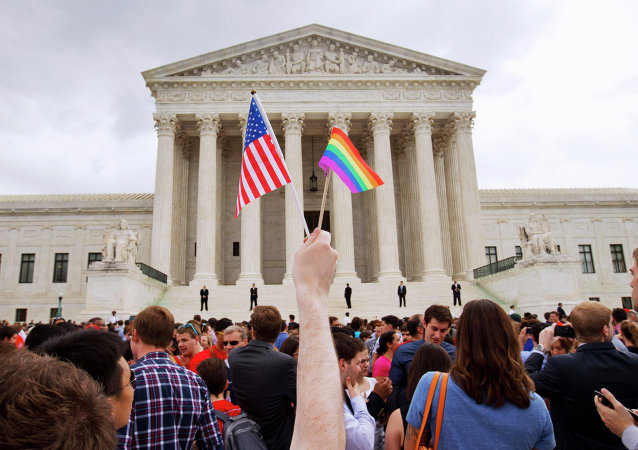 A multidão comemora perto do Corte Supremo em Washington, 26 junho de 2015, depois de o tribunal declarar que casais do mesmo sexo têm o direito de casar-se em qualquer lugar dos EUA