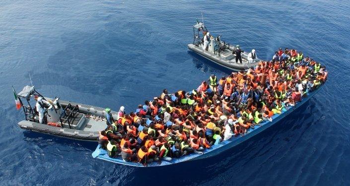 Refugiados africanos resgatados no Mediterrâneo por oficiais da Marinha da Irlanda