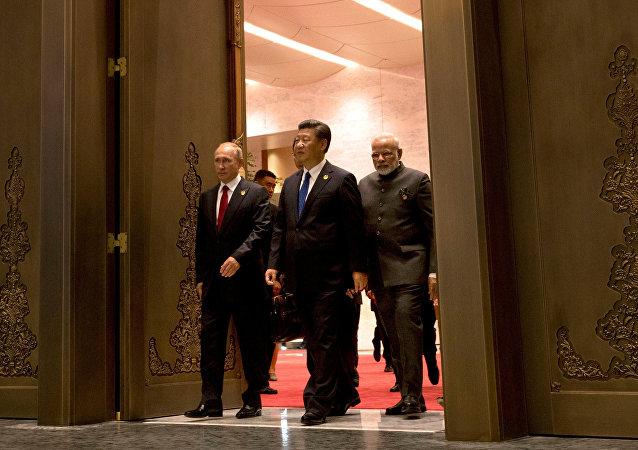 Presidente da Rússia, Vladimir Putin, presidente de China, Xi jinping, e primeiro-ministro da Índia, Narendra Modi