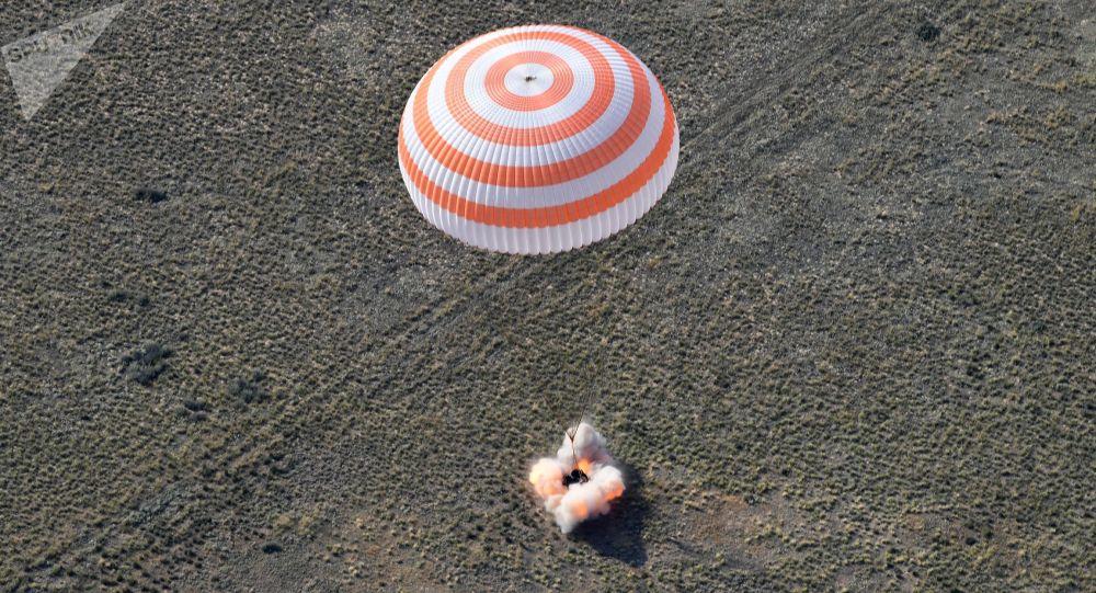 Aterragem da nave espacial tripulada Soyuz MS-11, com a tripulação internacional, perto da cidade de Zhezkazgan, no Cazaquistão, 25 de junho de 2019