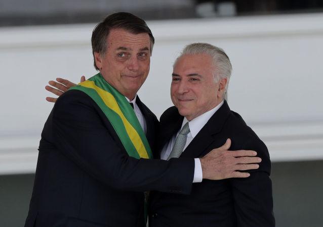 Jair Bolsonaro recebe abraço de Michel Temer em sua tomada de posse, Brasília, 1º de janeiro de 2019