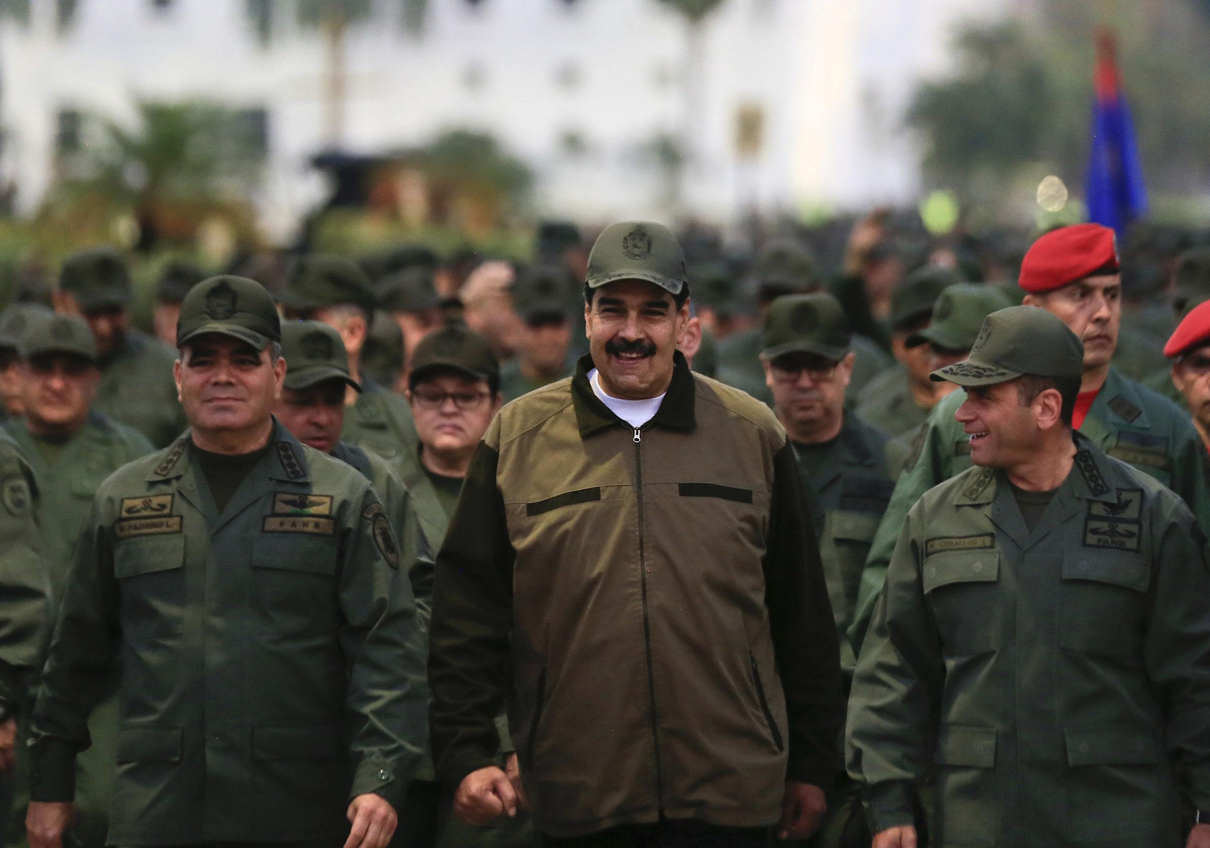 O presidente da Venezuela, Nicolás Maduro, acompanhado pelo ministro da Defesa, general Vladimir Padrino Lopez e pelo comandante das Operações Estratégicas, almirante Remigio Ceballos, chegam para um encontro com as tropas de Fort Tiuna, em Caracas.