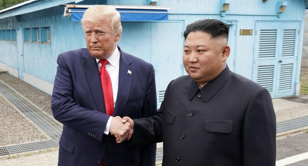 Presidente americano Donald Trump e o líder norte-coreano Kim Jong-un na zona desmilitarizada da Coreia, em 30 de junho de 2019