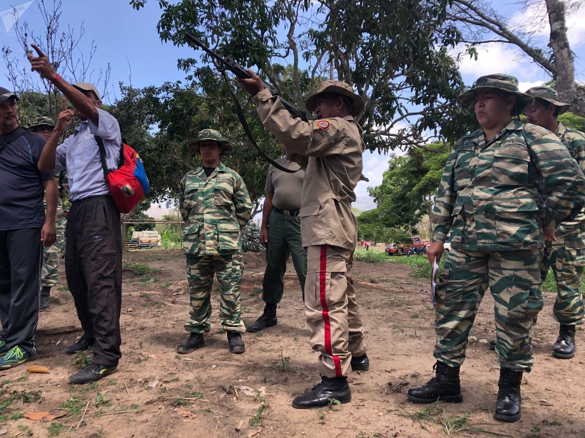 Civis treinados no Método Tático de Resistência Revolucionária aprendem a armar e a disparar