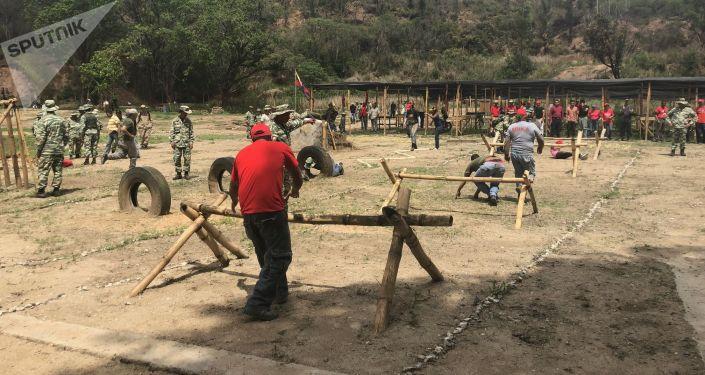 Uma senhora de 50 anos é mais perigosa do que o avião ou tanque de guerra mais poderoso do mundo, diz o major do Exército venezuelano Jesús Orozco