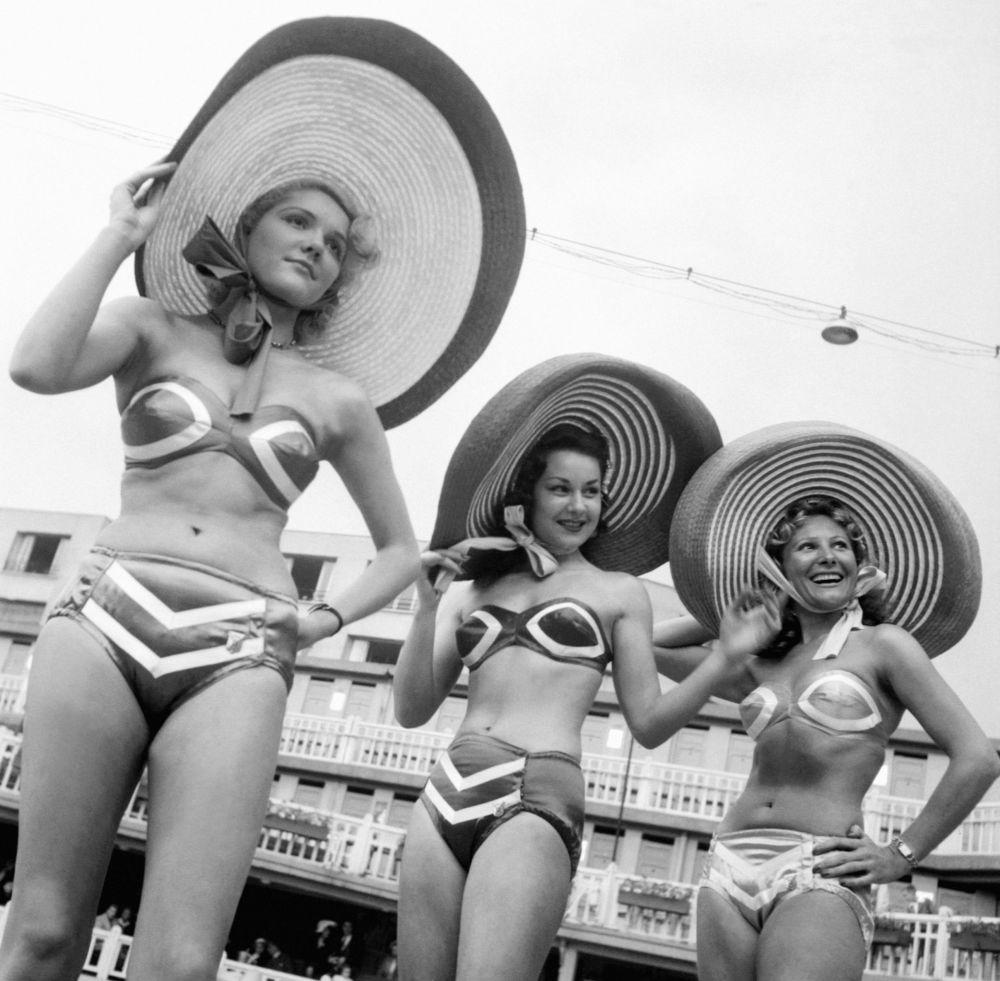 Modelos durante apresentação de biquínis em Paris, na França, em 8 de junho de 1951