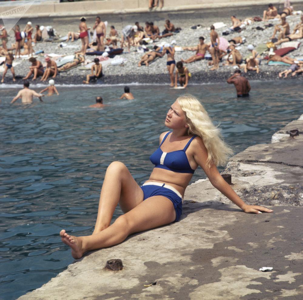 Jovem tomando sol na cidade de Sochi, na Rússia