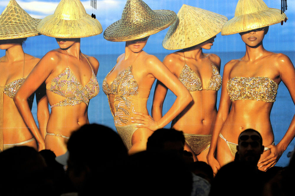 Lançamento do calendário de biquíni Kingfisher Swimsuit Special Australia 2006 em Mumbai, em 8 de janeiro de 2006