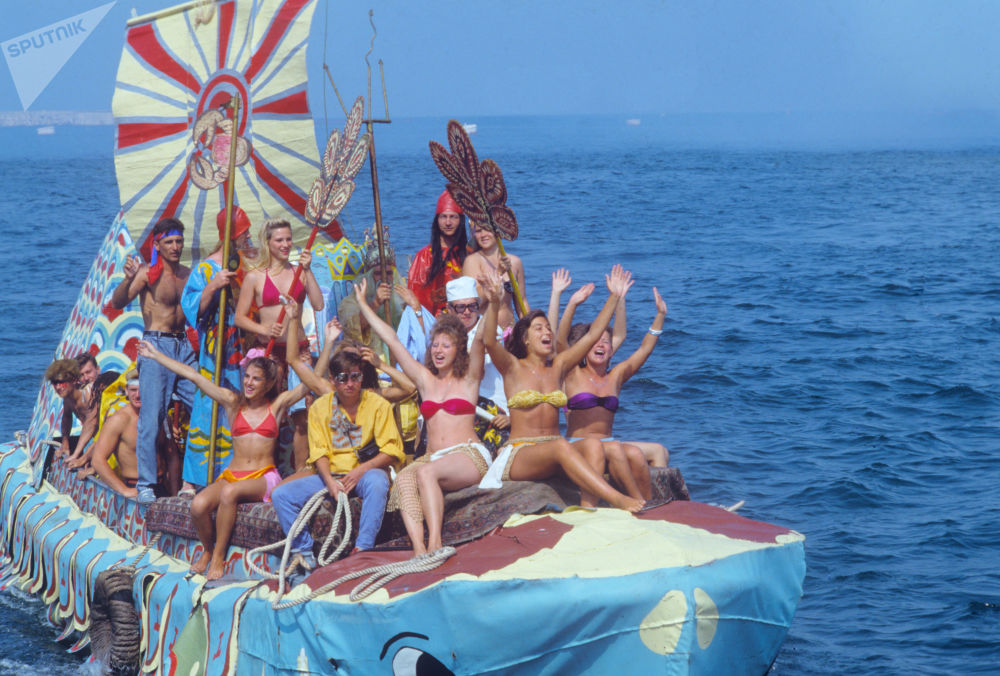 Jovens em embarcação comemoram Dia de Netuno em Sevastopol, na Rússia