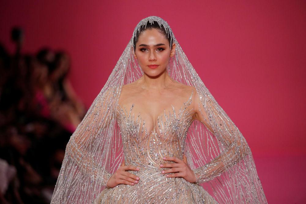 Atriz Araya A. Hargate usando vestido de noiva durante desfile de moda Paris Fashion Week