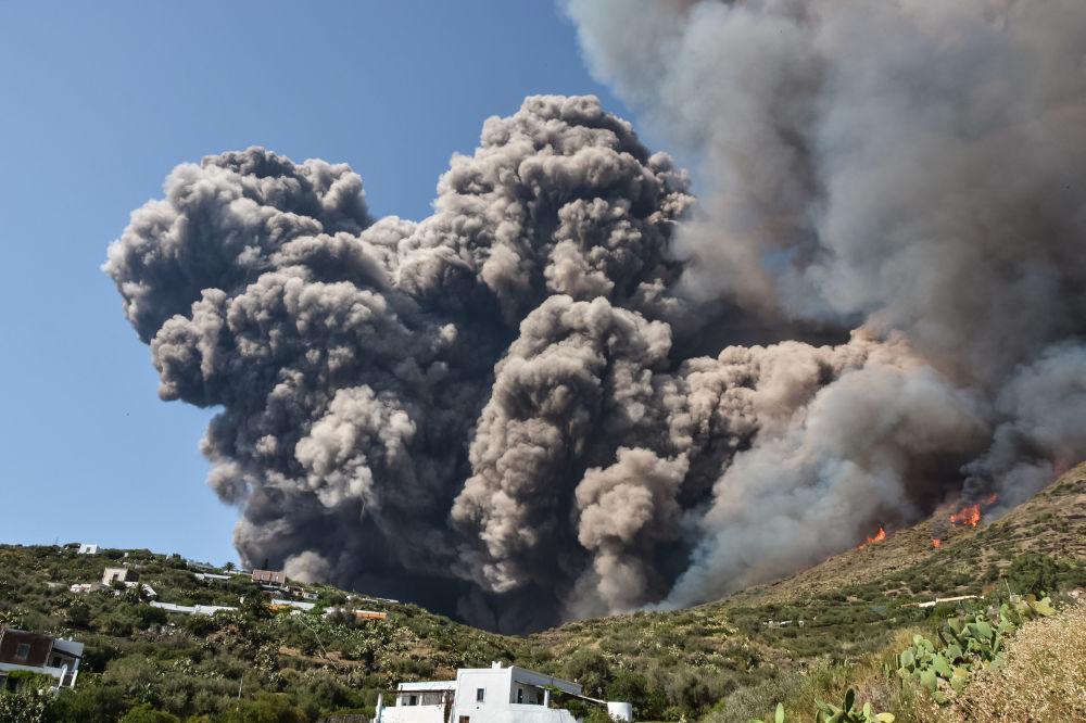 Erupção do vulcão Stromboli, na Itália