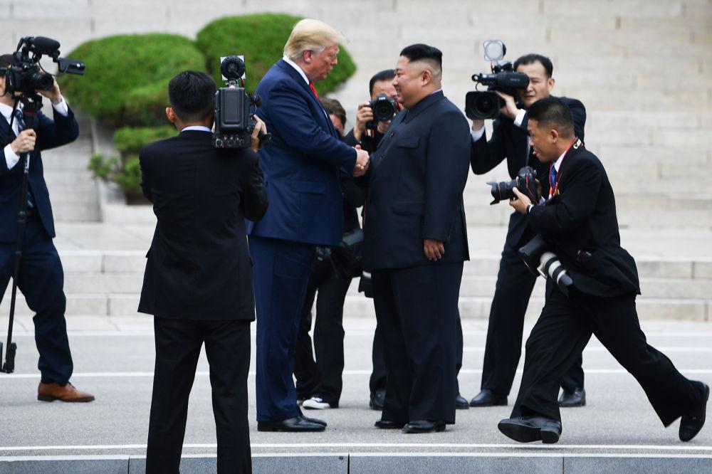 Presidente dos EUA, Donald Trump, e líder da Coreia do Norte, Kim Jong-un, durante reunião na província de Panmunjom, na Coreia do Sul