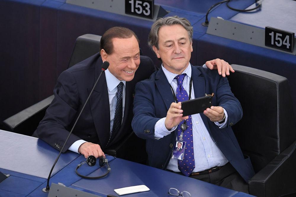 Ex-premiê italiano Silvio Berlusconi tira selfies com o político espanhol Hermann Tertsch, em Estrasburgo, na França