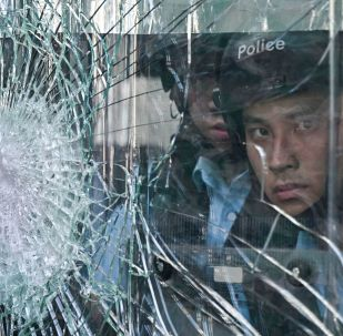 Policiais durante protestos antigovernamentais em Hong Kong