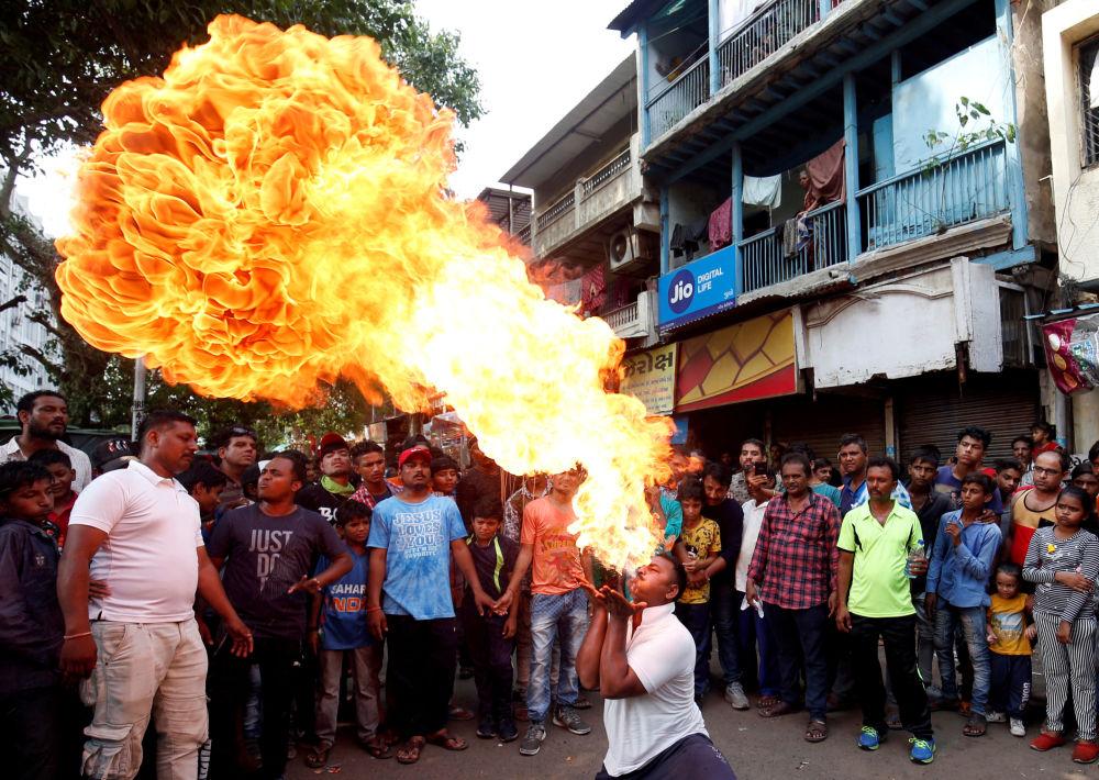 Engolidor de fogo no festival hindu anual de Ratha Yatra, em Ahmedabad, na Índia