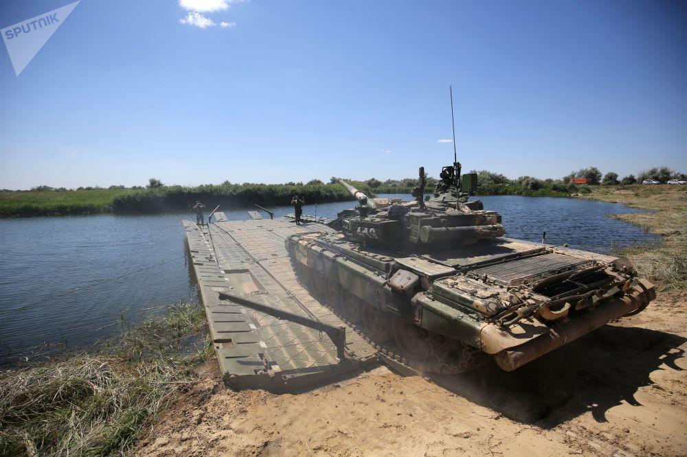 Tanque T-90A entra em ponte móvel em manobra no polígono militar Prudboi, no Distrito Militar Sul, região de Volgogrado
