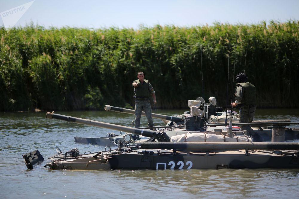 Veículo blindado de transporte de tropas BMP-3 realiza manobras táticas no rio Karpovka, no polígono militar Prudboi, no Distrito Militar Sul, região de Volgogrado