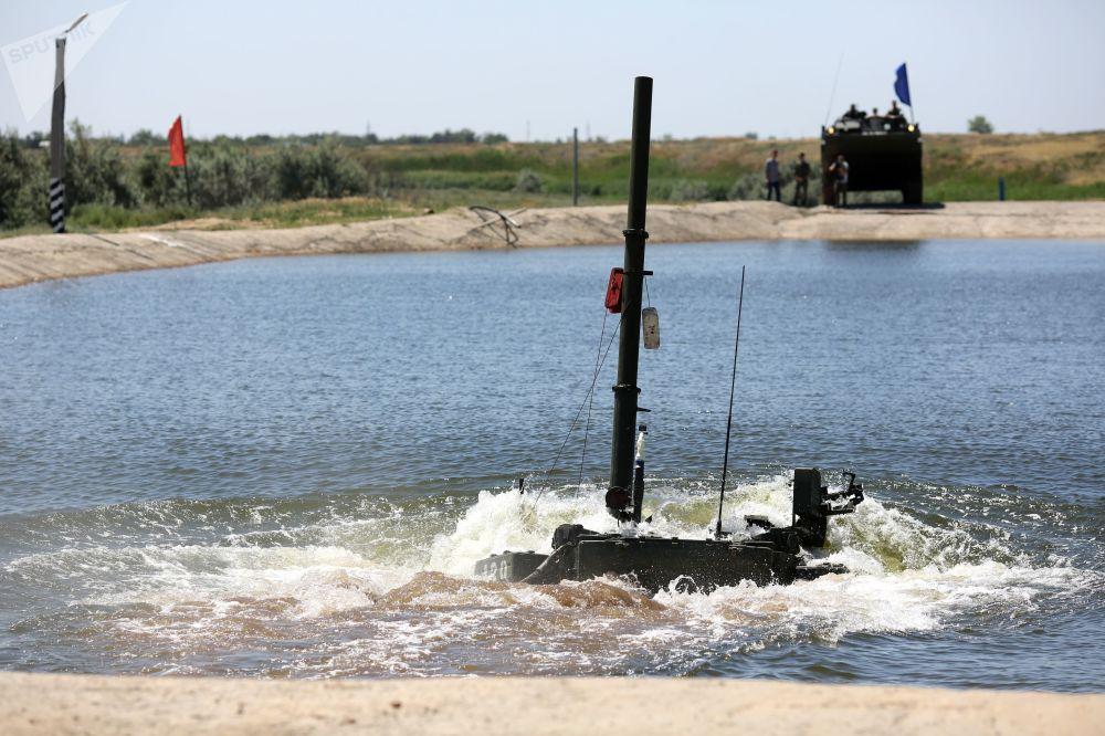 Tanque T-90A supera obstáculo aquático com uma profundidade de cinco metros durante demonstração no polígono militar Prudboi, no Distrito Militar Sul, região de Volgogrado