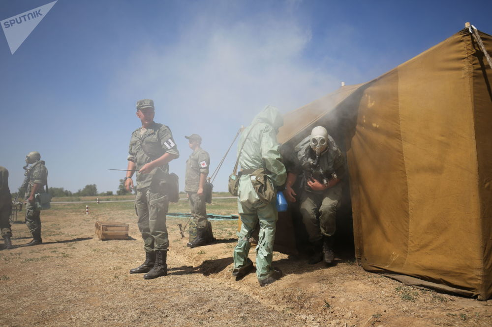 Militares testam máscaras, em tendas com gás, durante exercício de simulação no polígono militar Prudboi, no Distrito Militar Sul, região de Volgogrado