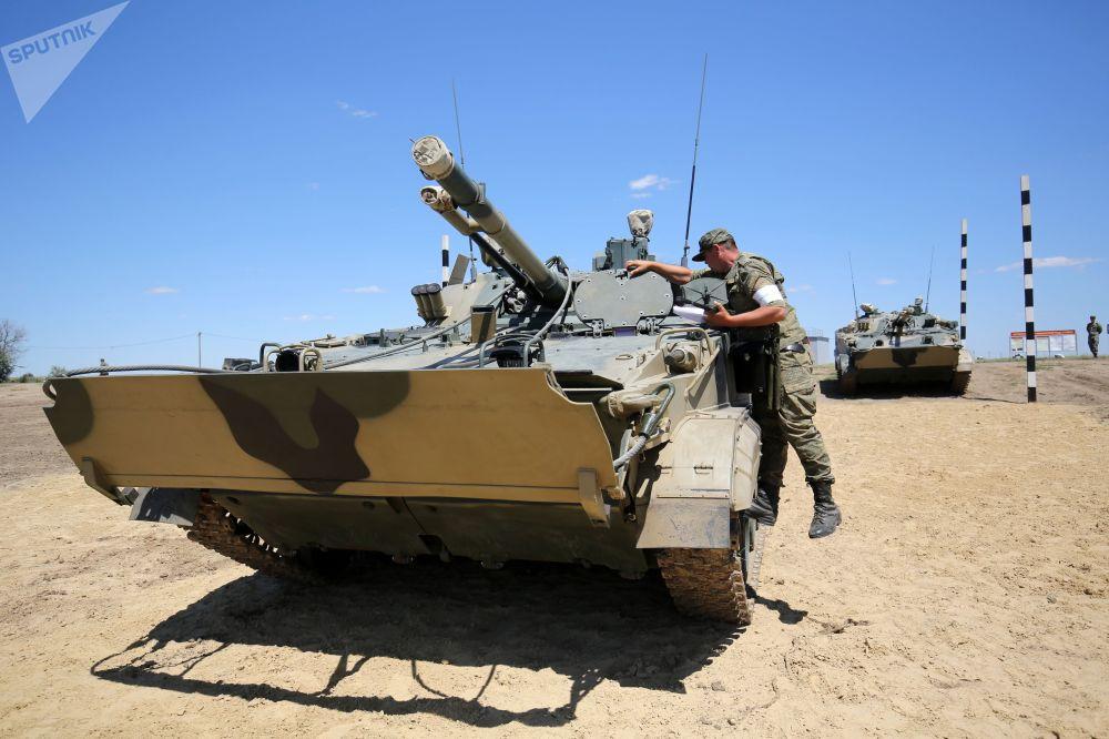 Veículos blindados de transporte de tropas BMP-3 realizam manobras tácticas no rio Karpovka durante performance no polígono militar Prudboi do Distrito Militar Sul na região de Volgogrado