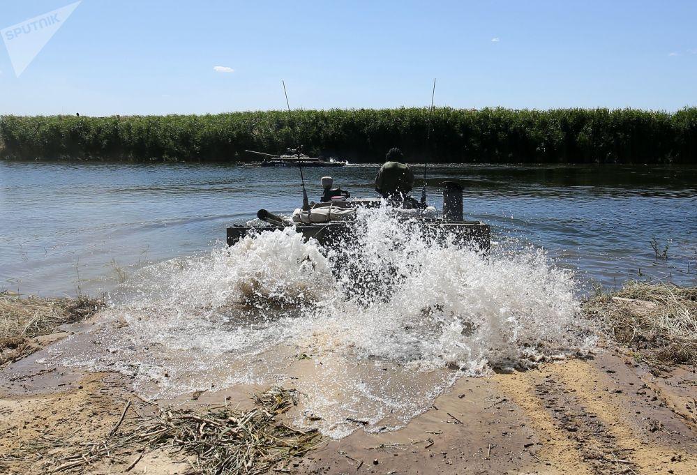 Veículos blindados de transporte de tropas BMP-3 entram na água durante demonstração no polígono militar Prudboi, no Distrito Militar Sul, região de Volgogrado