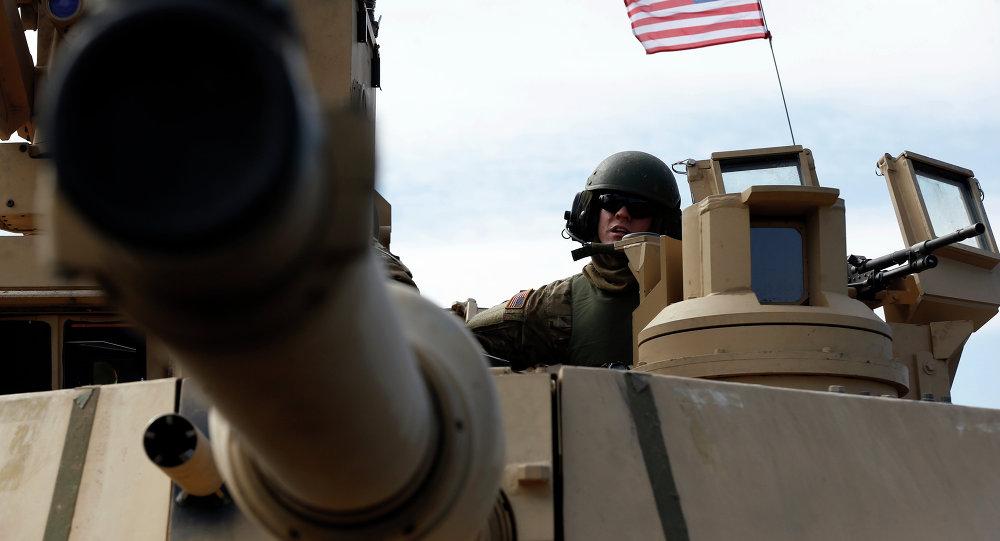 Um soldado dos Estados Unidos dentro de um tanque M1A2 Abrams durante um exercício militar na Lituânia.