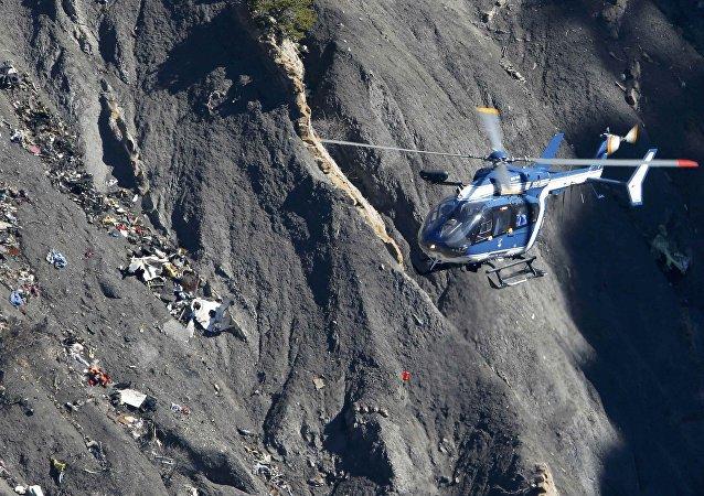 Helicóptero de resgate da Gendarmerie sobrevoa escombros nos Alpes franceses, 27 de março de 2015 (foto referencial)