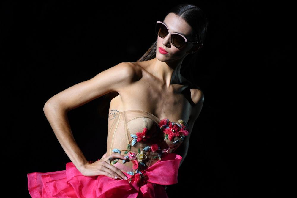 Modelo presenta criação do estilista espanhol Hannibal Laguna para a época primavera/verão 2020 na Semana de Moda Mercedes Benz, em Madri.