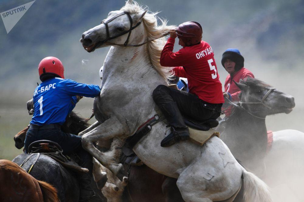 Participantes do esporte tradicional da Ásia Central chamado Buzkashi ou Kok-boru (cujo objetivo é agarrar uma cabra ou bezerro do chão em pleno galope) durante uma competição na República de Altai (Rússia).