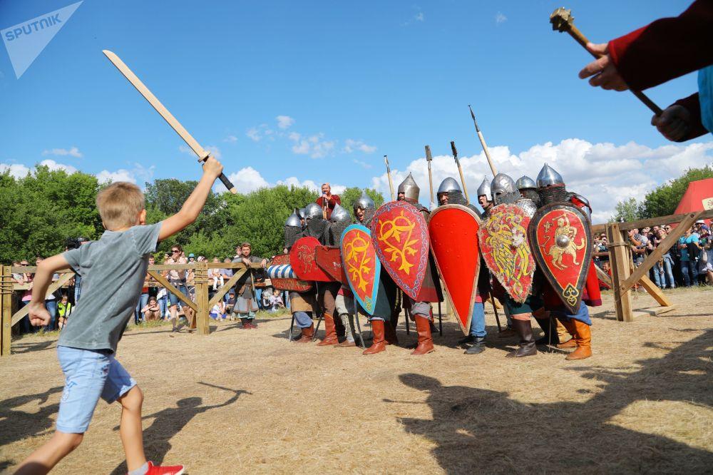 Participantes do tradicional festival histórico Cidade Branca, na região russa de Belgorod