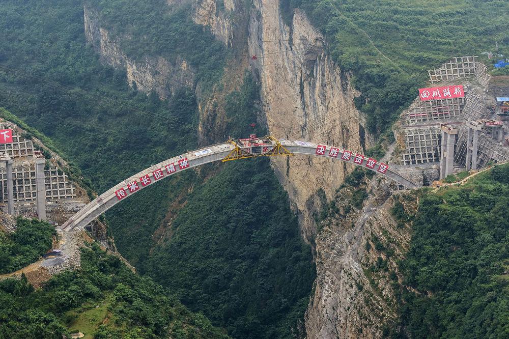 Construção da ponte que conecta as províncias de Yunnan e Guizhou com a província de Sichuan, no sudoeste da China