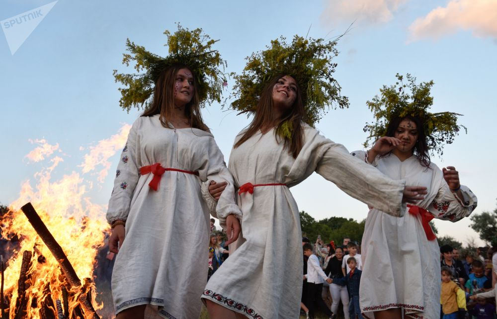 Moças durante a festa tradicional de Ivan Kupala (Ucrânia)