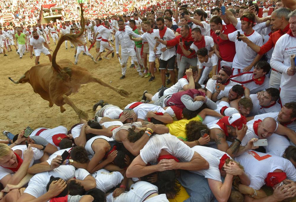 Corrida de touros durante as Festas de São Firmino na cidade espanhola de Pamplona