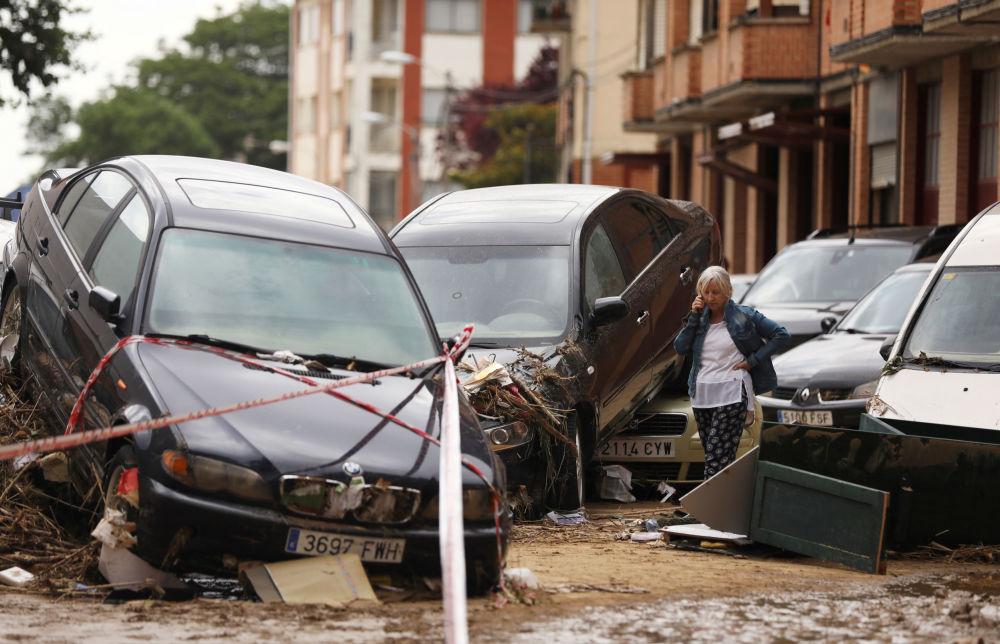 Carros afetados na sequência das chuvas torrenciais e deslizamento de terras em Tafalla (Espanha)