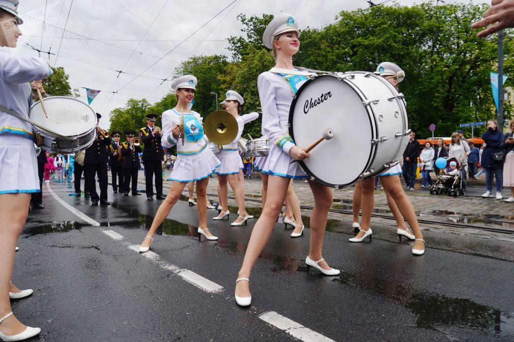 Atuação de percussionistas em Kaliningrado (Rússia) durante as comemorações do dia da cidade